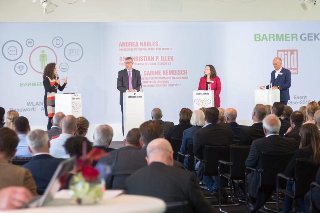 Prof. Dr. Sabine Remdisch (l.), Andrea Nahles (SPD), Dr. Christian P. Illek und Tom Drechsler (r.) diskutieren die gesundheitlichen Aspekte der digitalen Arbeitswelt